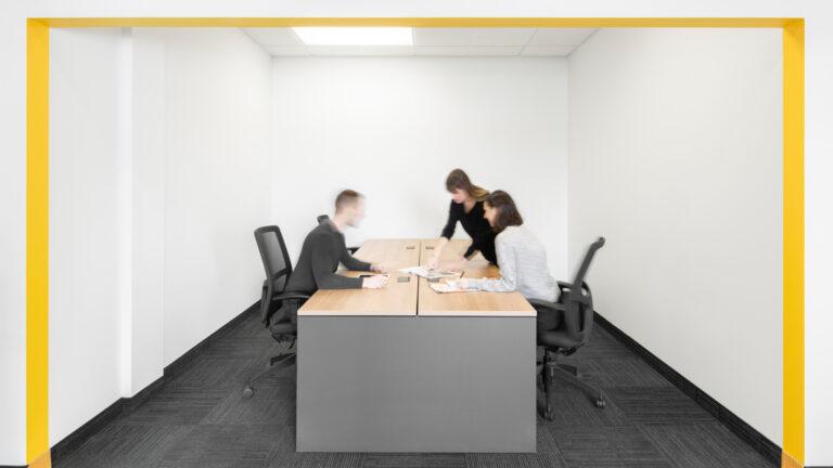 Artopex - Chaises Vortex Mesh et tables partagées Take Off